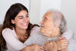 Seniorin und Enkeltochter